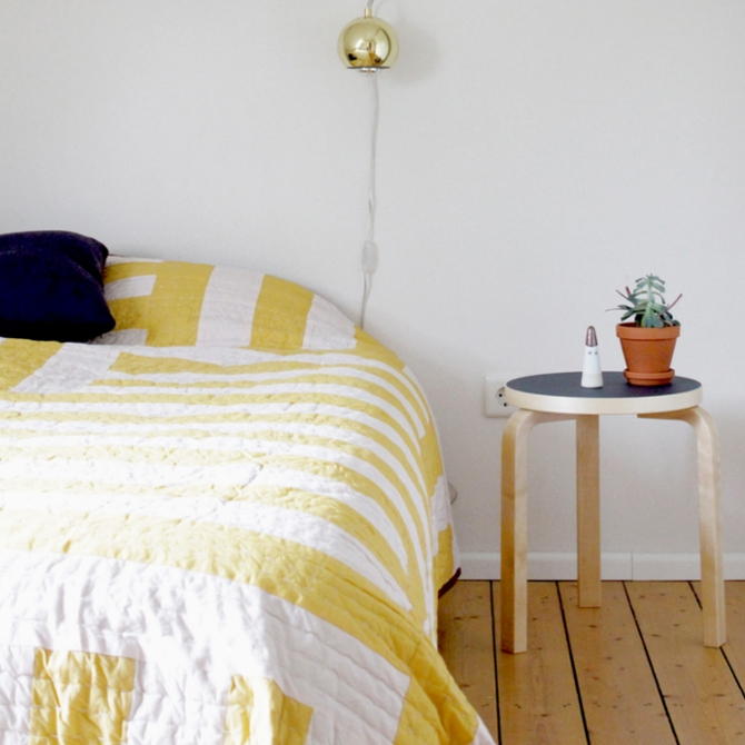 stool 60 sgabello a tre gambe ambientato camera da letto