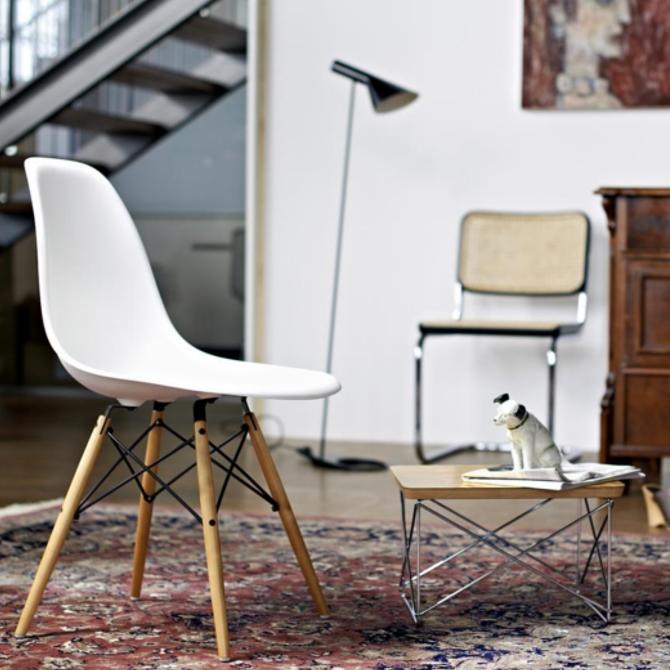 dsw eames plastic chair ambientata con cane